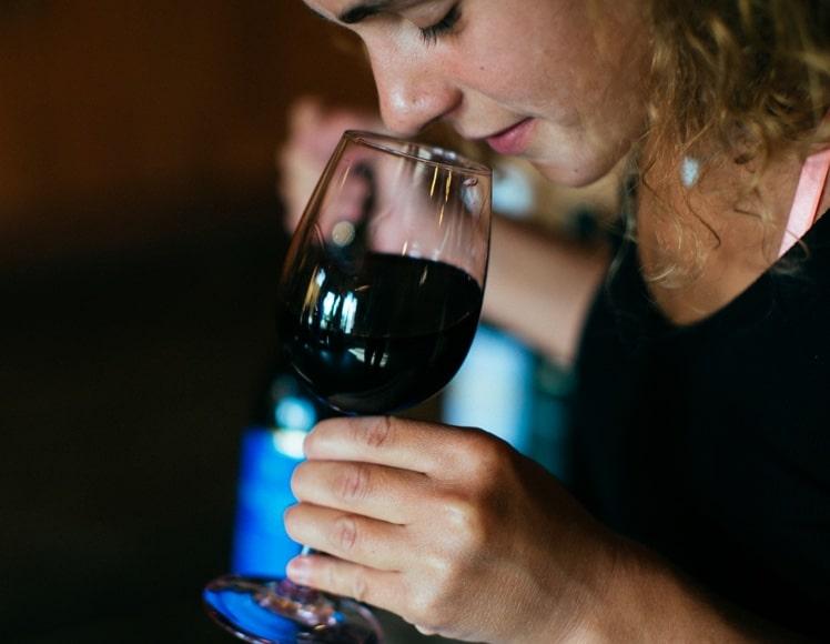 אישה מריחה יין כשר של דלתון